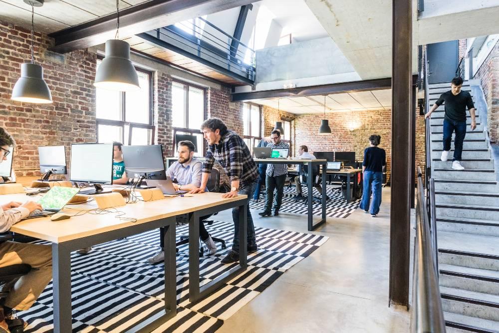 persone al lavoro in spazio di coworking